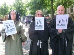Monniken protesteren tegen de proefboringen