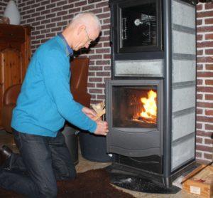Gert-Jan Schoorl bij zijn houtkachel